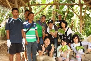 生協職員が生産者との交流のためにホマイホマイ村を訪問した際、レッジさんが現地側の調整を行いました。