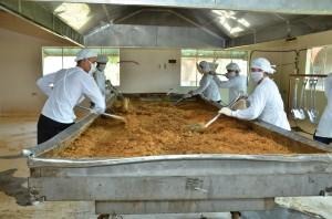 乾燥は素早く撹拌しながら手作業で行われます。