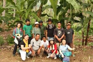 生協の組合員と交流をするロウアカンダボン村のバナナ生産者