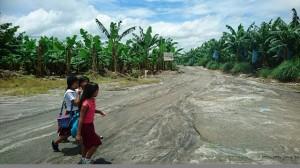 バナナプランテーションを横切って学校に通う子どもたち