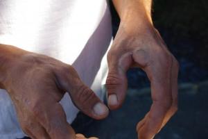 熟練したパリュディエ(塩職人)のマメだらけの手