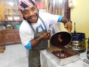 カカオキタのスタッフは、キッチンでチョコレートを手作りしてみました。