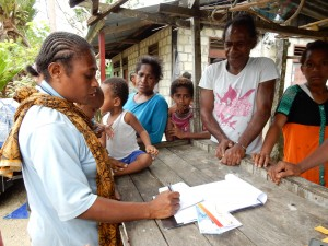 豆代の支払いを受けた後、貯金額を通帳に挟みカカオキタに託す生産者たち。