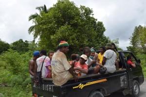 みんなでカカオキタの車に乗って、みんなの生活の糧がつまっているパプアの森の手入れに出かけます。