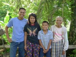 レニボイさん(左)と家族