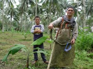 新たに植えたバナナの下草刈り作業中