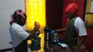 チョコアイスを作るジョン(左)とチャーレス(右)
