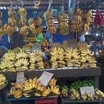 フィリピンの市場のバナナ屋さん