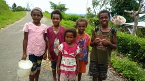 貯金の目的の第一は、子どもの教育費です(クライスゥ村の子どもたち)