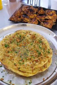 パレスチナ料理「ムサハン」。食べた後は、口の周りがピカピカになるぐらいオリーブオイルがたっぷり!