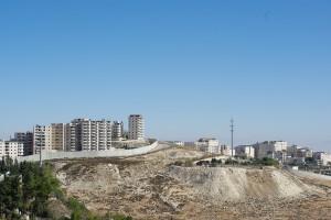 長い分離壁で包囲された街