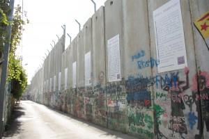 高い分離壁で分断されている街