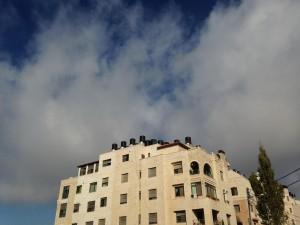 パレスチナ側の住居。屋上には水タンクが設置されている