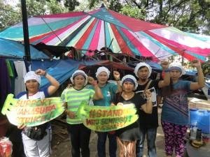 梱包工場の労働者の抗議活動