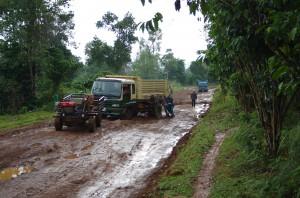 ラオスでも雨季には運搬が大変です。